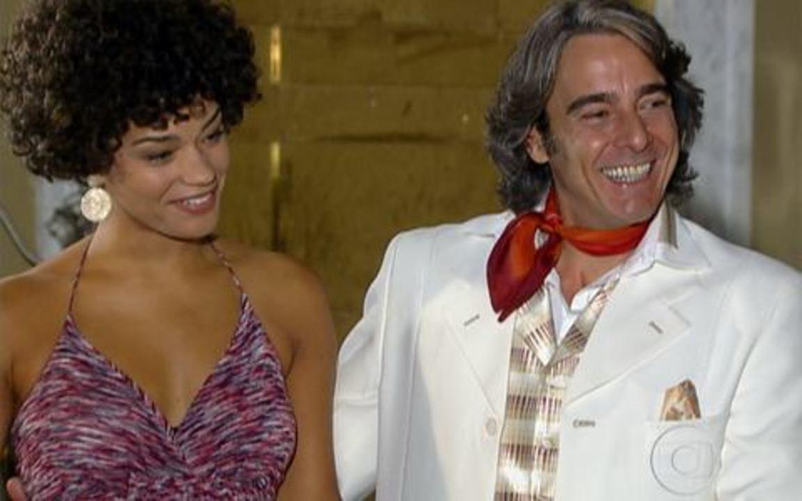 Ti-ti-ti - capítulo de quinta feira, dia 25/11/2010, na íntegra - Giancarlo passa o comando da Moda Brasil para Renato, que manda recolher toda a edição com o ensaio romântico de Edgar e Marcela. Jaqueline descobre que Jacques pretende se casar com Clotilde