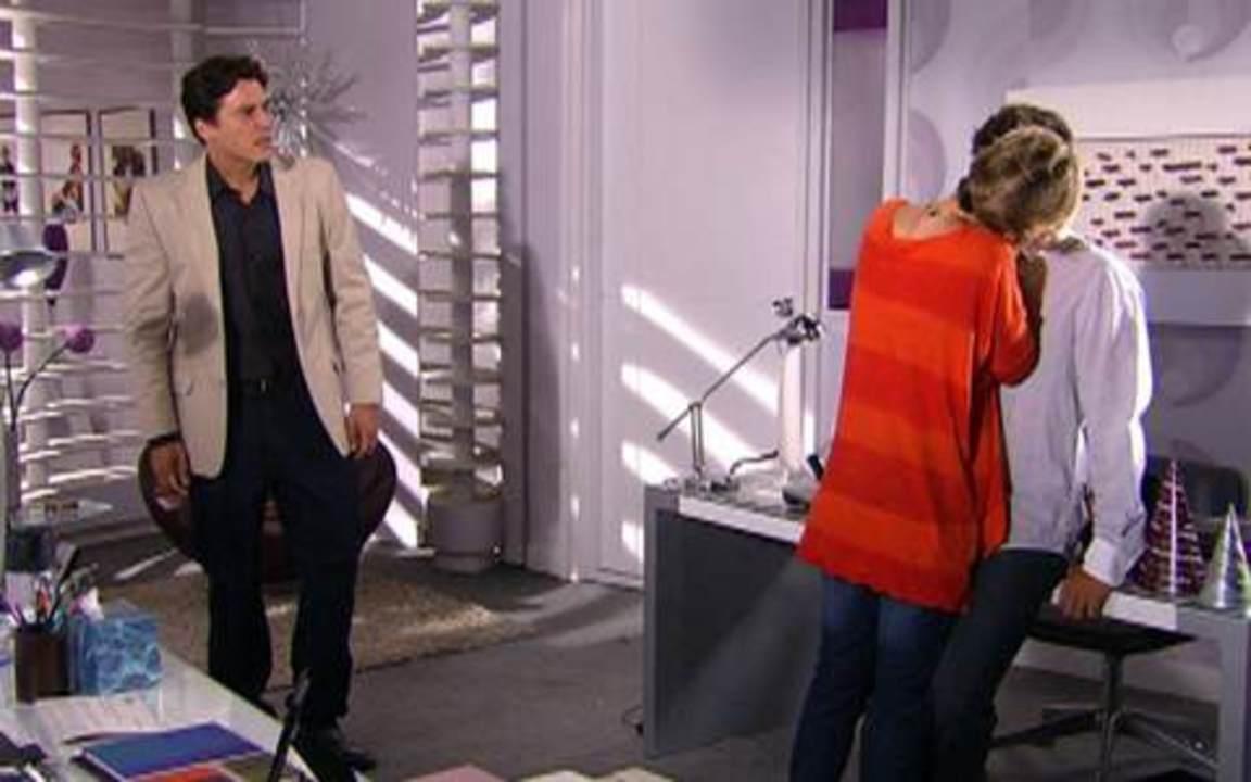 Ti-ti-ti - capítulo de segunda-feira, 03/01/11, na íntegra - Jaqueline promete dar a Massa uma parte da herança de Soledad. Stela conta a Bruna que Amanda é uma oportunista. Luti convida Camila para sair. Alex flagra Luisa beijando Edgar.