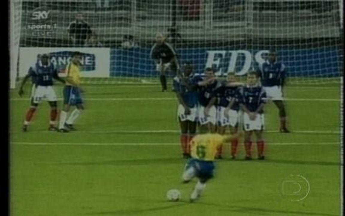 Em 1997, Roberto Carlos faz um golaço em amistoso contra a França