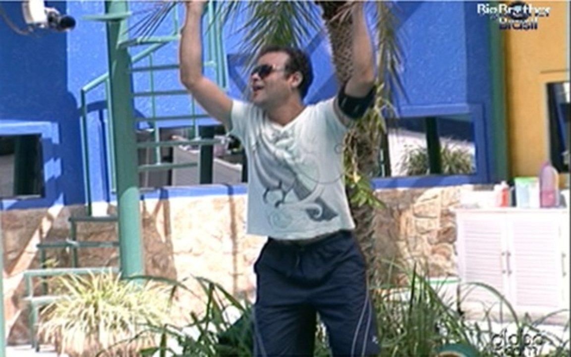 Daniel, do BBB11, não resiste e dança com o coqueiro