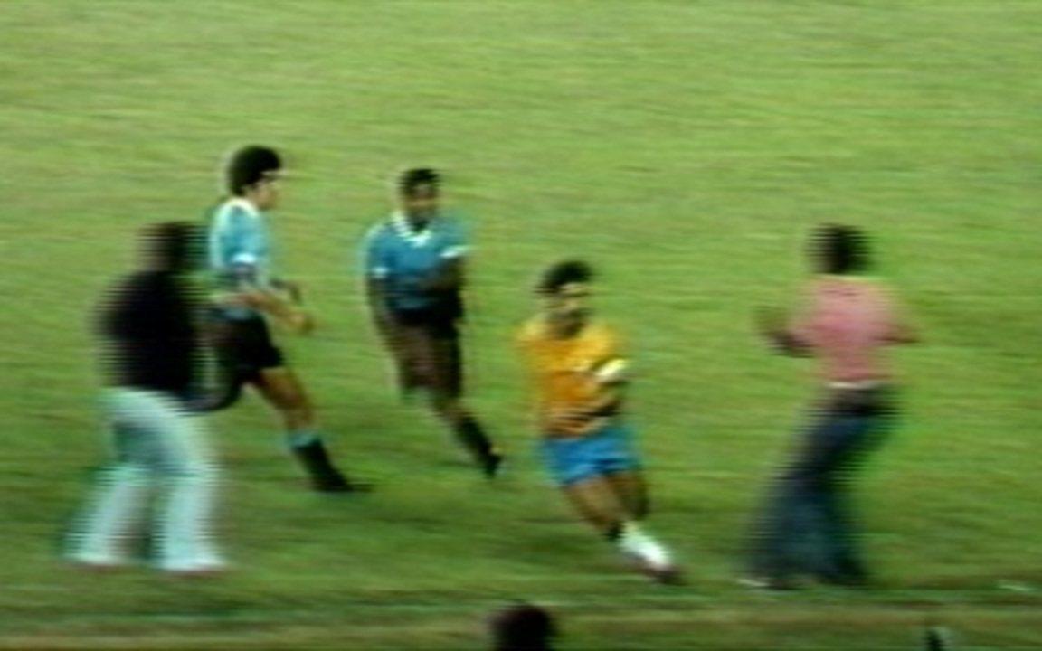 Em 1976, Ramires e Rivelino se metem em confusão no jogo do Brasil contra o Uruguai