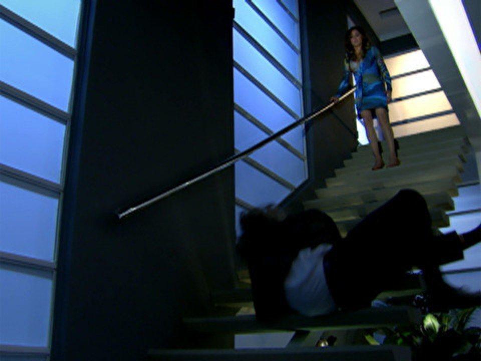 Fina Estampa - Capítulo de segunda-feira, 24/10/2011, na íntegra - Tereza Cristina é ameaçada. Patrícia se entrega a Antenor. Patrícia e Antenor se amam dentro do carro. Ferdinand retira corpo da mansão dos Velmonts. Crô enfrenta Baltazar
