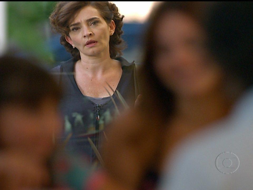 A Vida da Gente - capítulo de quinta-feira, dia 09/02/2012, na íntegra - Vitória se irrita ao ver as filhas juntas