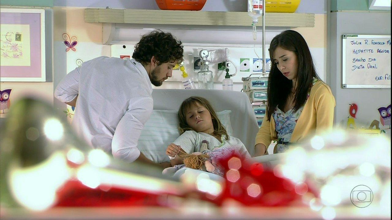 A Vida da Gente - Capítulo de segunda-feira, 27/02/2012, na íntegra - Médico avisa que Júlia vai precisar de transplante