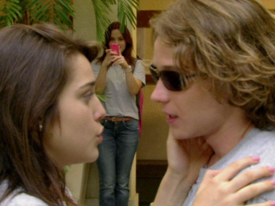 Malhação - Capítulo de quinta-feira, dia 19/04/2012, na íntegra - Débora fotografa beijo de Filipe e Isabela