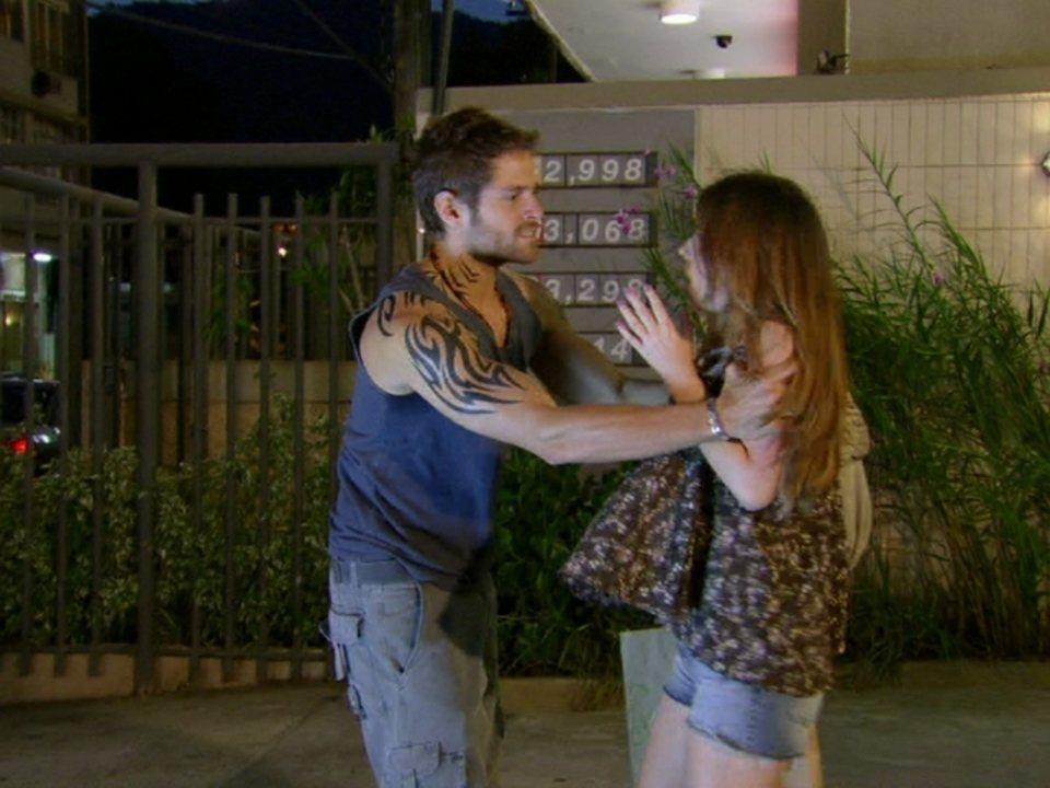 Malhação - Capítulo de quinta-feira, dia 03/05/2012, na íntegra - Moisés ameaça Cristal para conseguir entrevista
