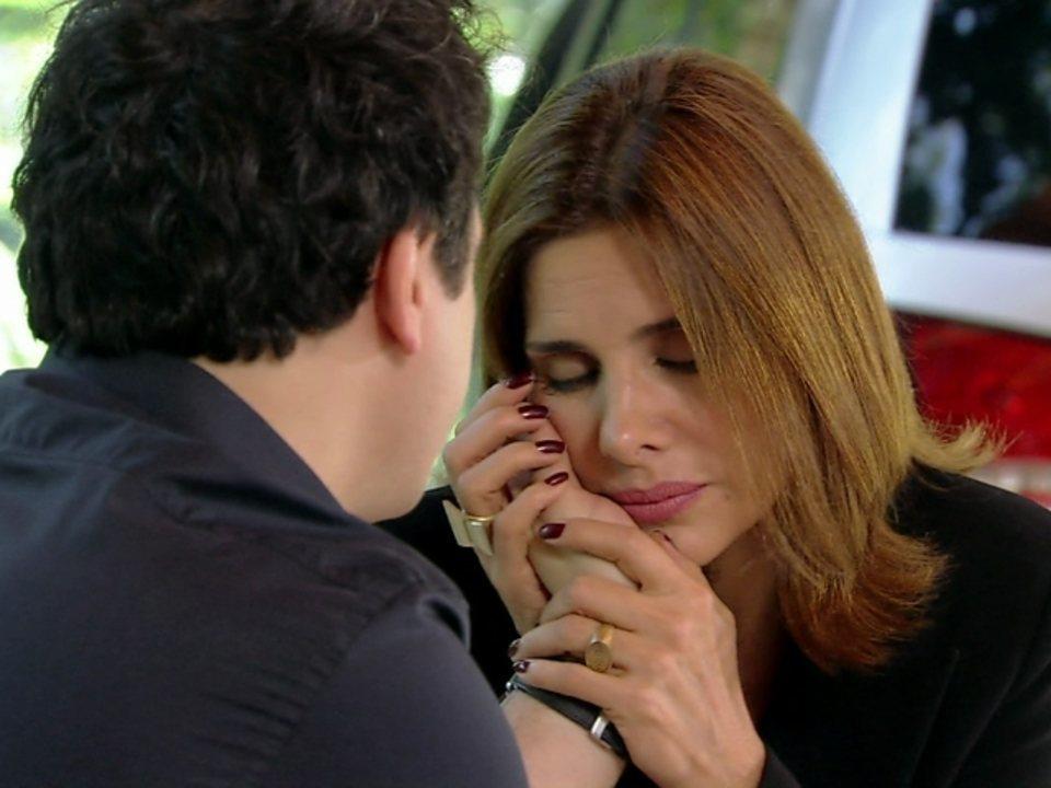 Malhação - Capítulo de terça-feira, dia 24/07/2012, na íntegra - Carmem tenta beijar Fabiano