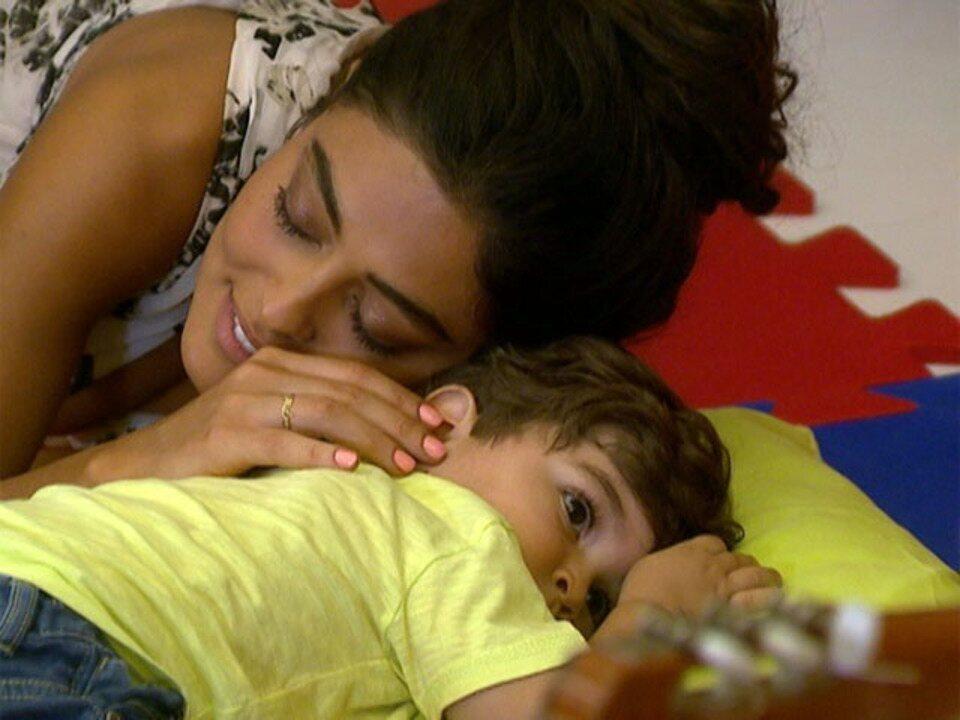 Juliana Paes apresenta o filho ao Estrelas