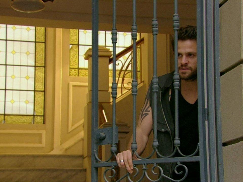 Malhação - Capítulo de segunda-feira, dia 06/08/2012, na íntegra - Moisés vê Gabriel e Alexia aos beijos