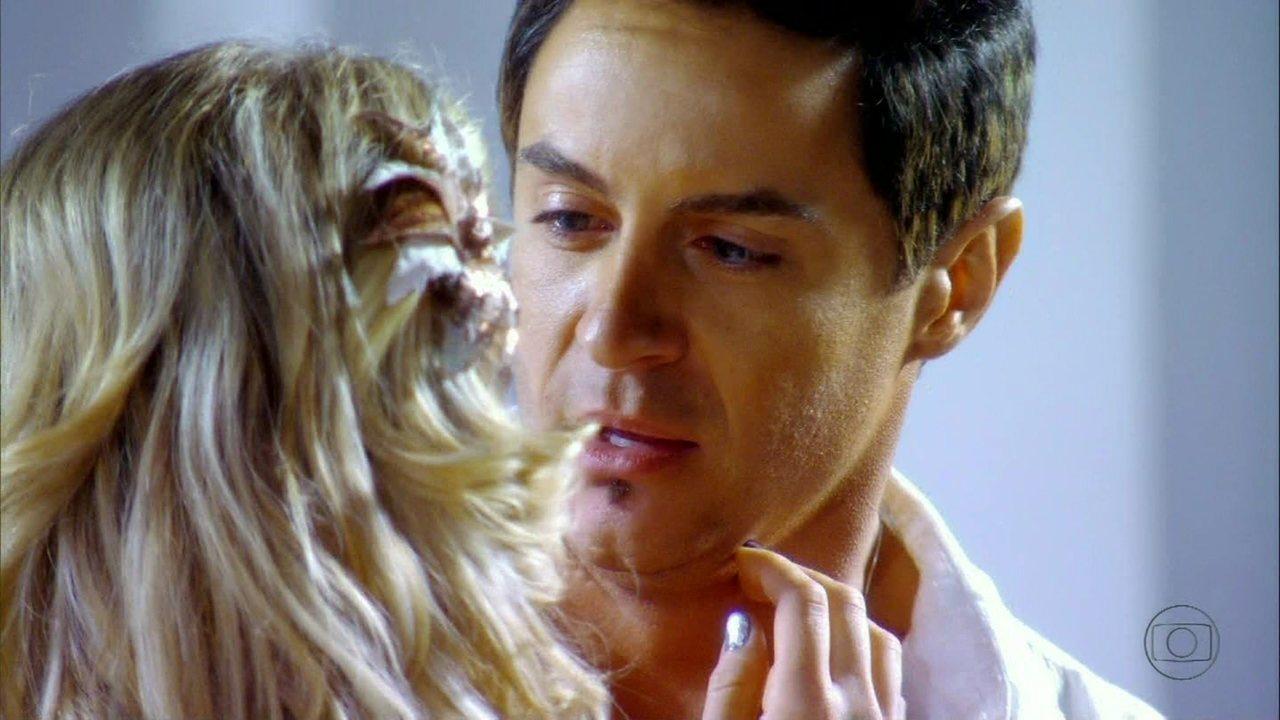 Cheias de Charme - Capítulo de terça-feira, dia 21/08/2012, na íntegra - Inácio beija Rosário... só que vestido de Fabian!