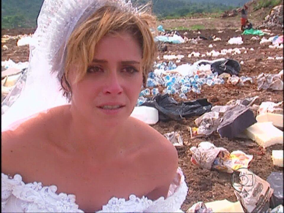 Da Cor do Pecado - capítulo de Quinta-feira, dia 15/11/2012, na íntegra - Tony flagra Bárbara vasculhando seu apartamento e a agride. Ele obriga a moça a comprar um vestido de noiva e a abandona em um lixão
