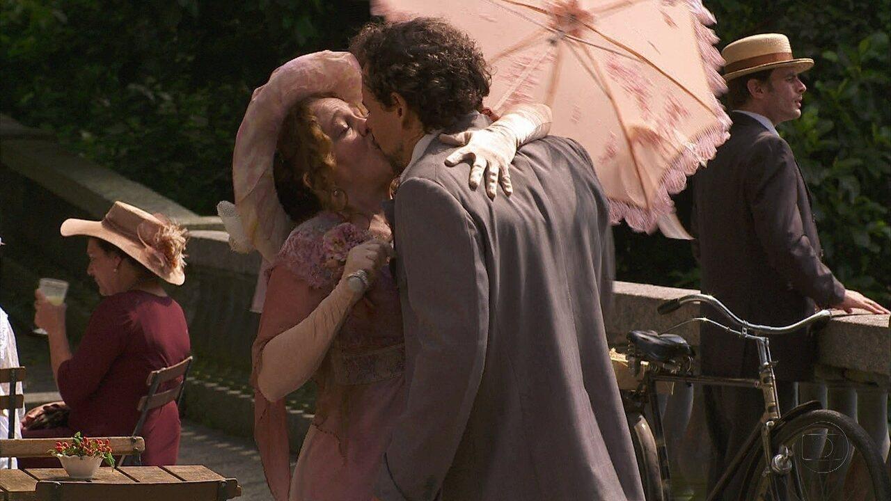 Lado a Lado- capítulo de sábado, dia 15/12/2012, na íntegra - Guerra se declara para Celinha e os dois se beijam