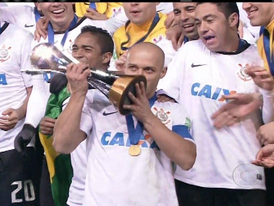 Com `invasão`histórica da torcida, Corinthians vence Chelsea e é bicampeão do mundo