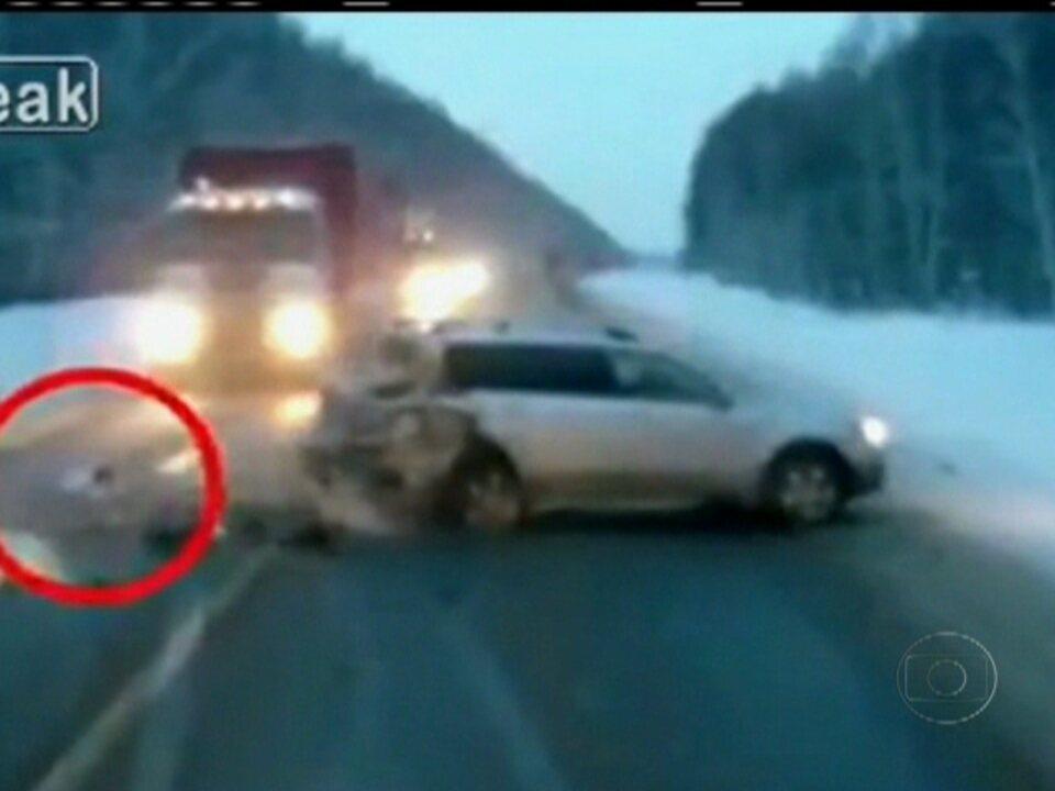 Bebê é lançado para fora do carro em acidente na Rússia e se salva