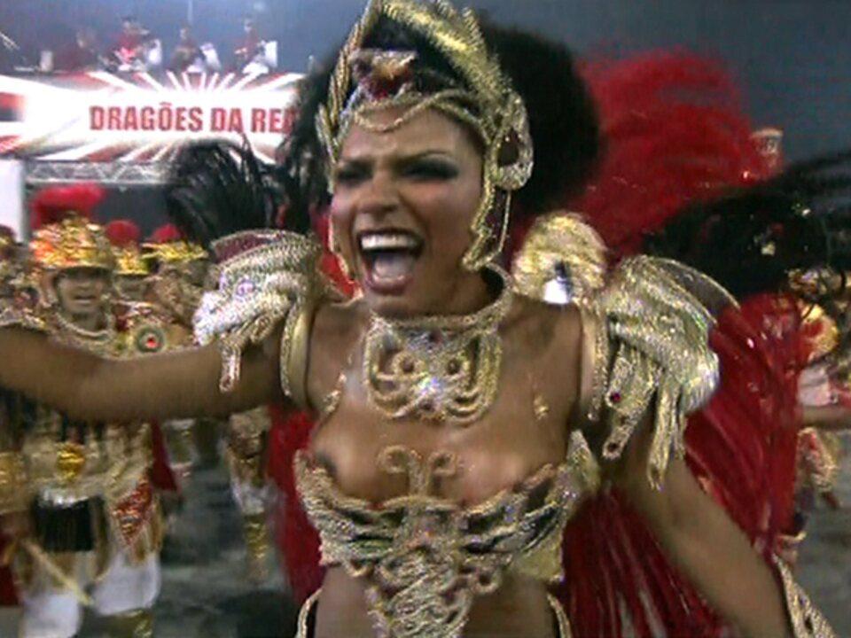 Simone Sampaio é a rainha de bateria da Dragões da Real