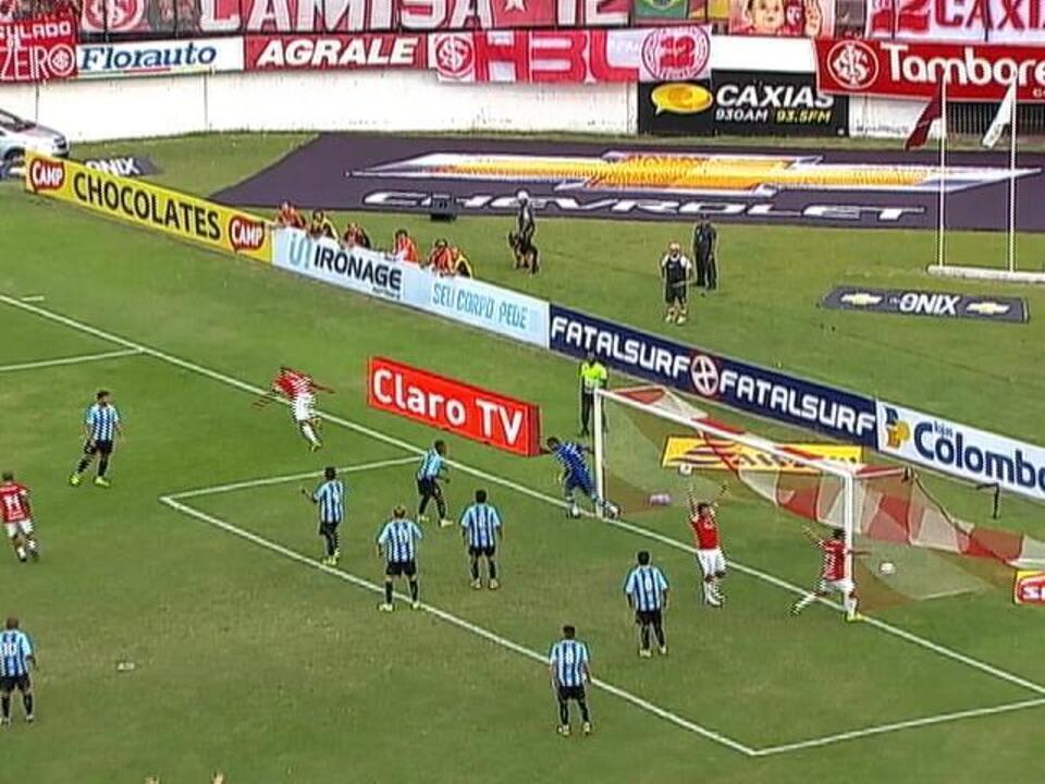 Gol do Inter! Depois de cobrança de escanteio, Moledo sobe no primeiro poste e marca