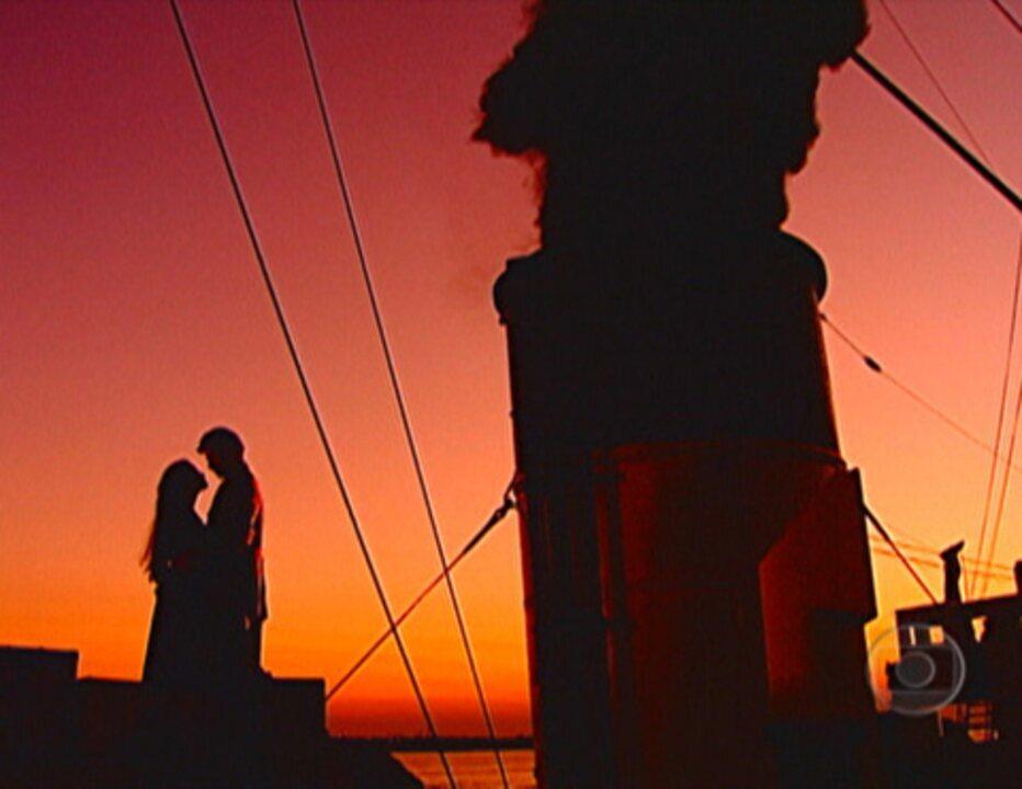 Terra Nostra: Matteo e Giuliana namoram no navio