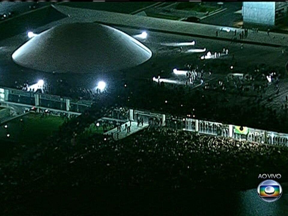 Manifestantes invadem o espelho d´água e sobem teto do Congresso Nacional em Brasília