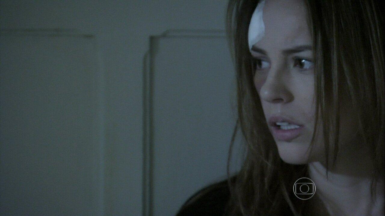 Na novela 'Amor à Vida', Paloma é internada e enfermeira inspeciona a mala da jovem