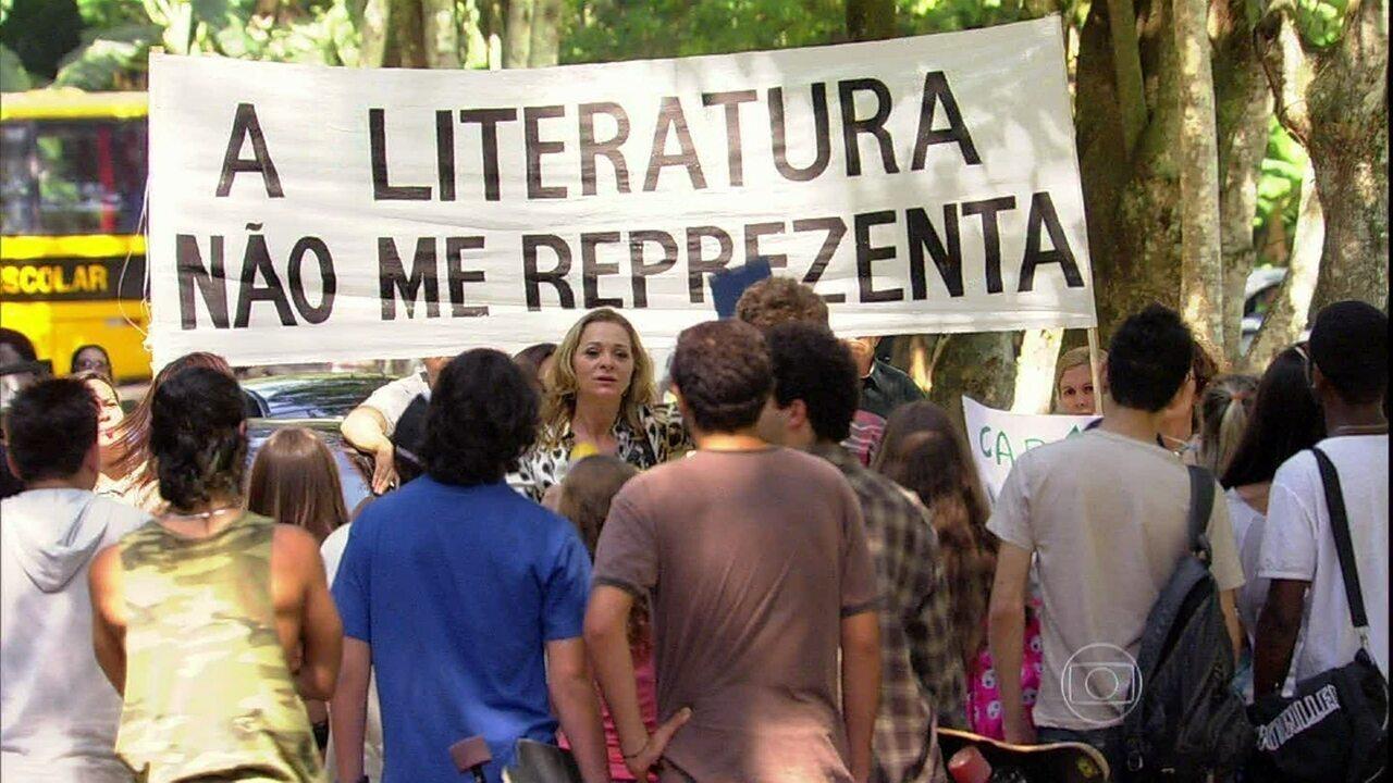 Malhação - Capítulo de quarta-feira, dia 25/09/2013, na íntegra - Maura faz um protesto pedindo a demissão de Diva