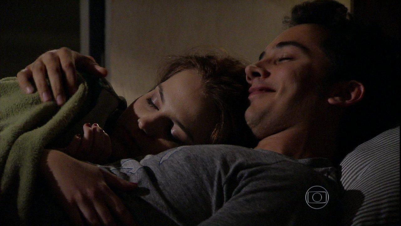 Malhação - Capítulo de terça-feira, dia 01/10/2013, na íntegra - Ben e Anita assistem a um filme juntos, e ela dorme na garagem