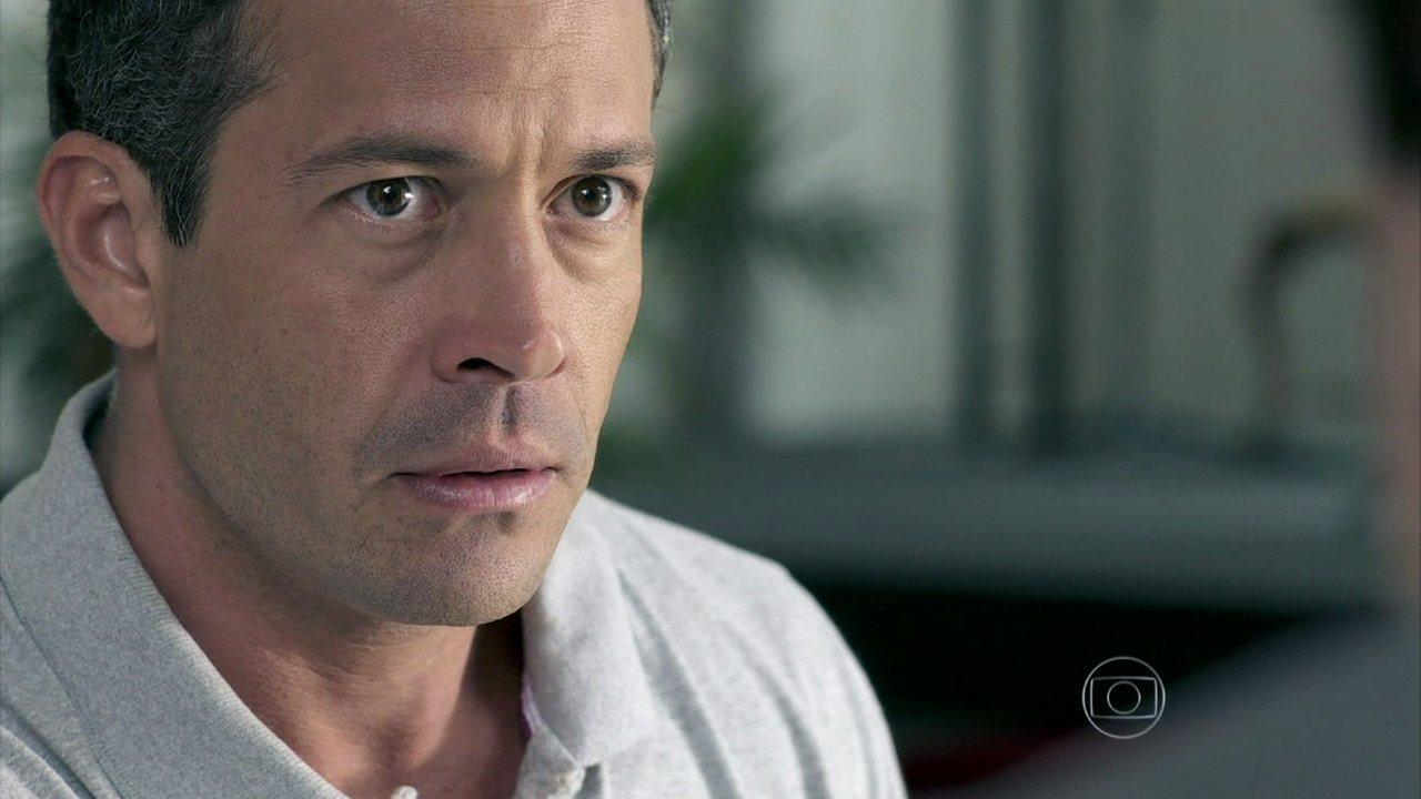 Amor à Vida - Capítulo de segunda-feira, dia 11/11/2013, na íntegra - Efigênio reconhece Félix nas fotos de Bruno
