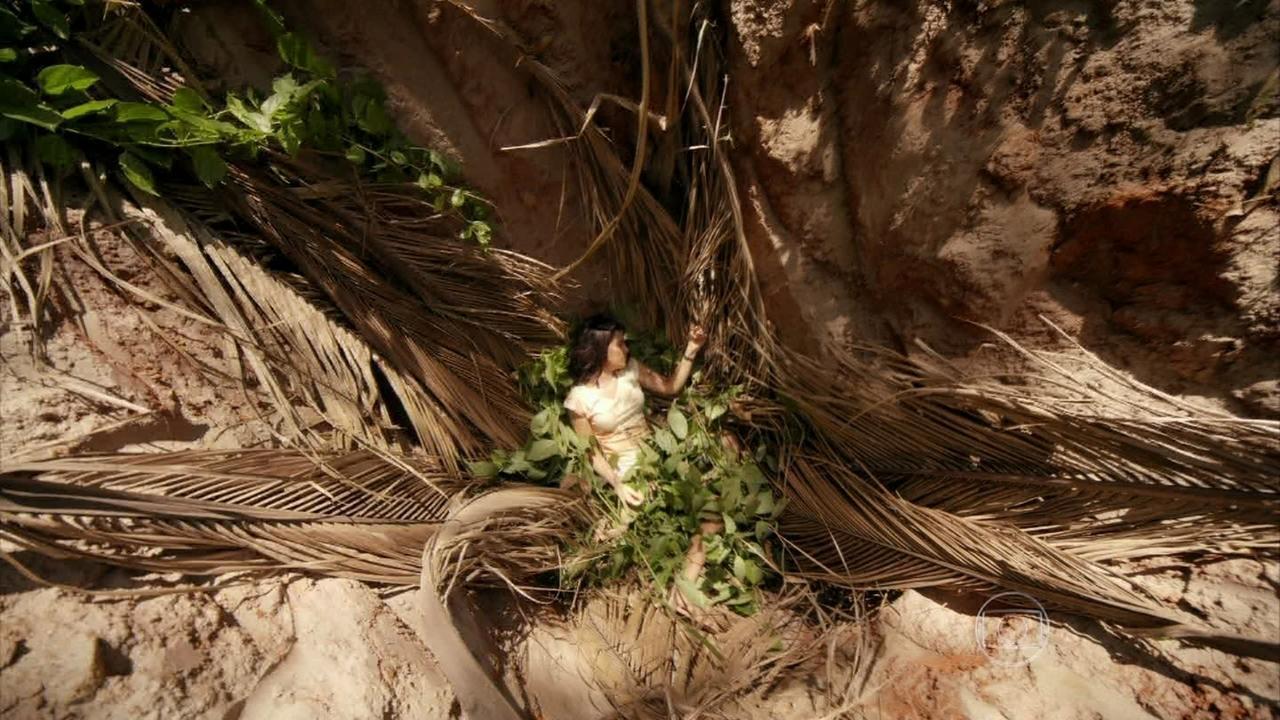Além do Horizonte - capítulo de sexta-feira, dia 29/11/2013, na íntegra - Celina cai em uma armadilha na mata e grita por socorro