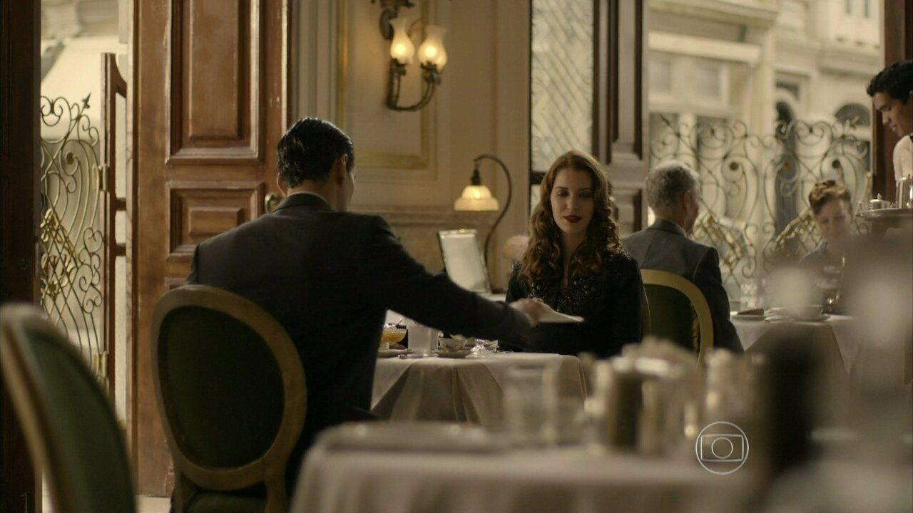 Joia Rara - Capítulo de Sábado, dia 07/12/2013, na íntegra - Viktor vê Manfred dando dinheiro para Silvia e os acusa pele assalto à joalheria