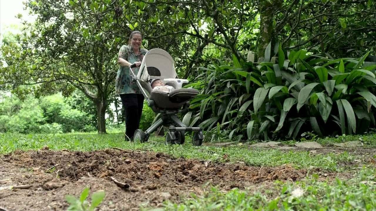 Amor à Vida - Capítulo de Quarta-feira, 01/01/2014, na íntegra - Ciça encontra o local onde Mariah foi enterrada