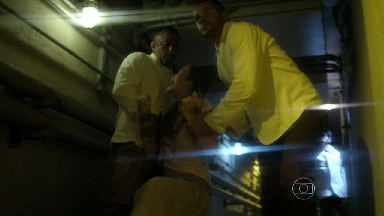 Além do Horizonte - capítulo de quarta-feira, dia 08/01/2014, na íntegra - Lili é presa por dois seguranças ao tentar entrar no laboratório