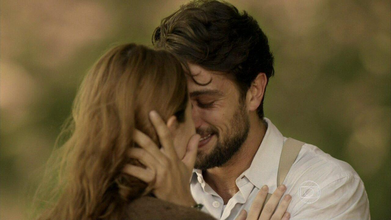 Joia Rara - Capítulo de sábado, dia 08/02/2014, na íntegra - Sílvia e Viktor se beijam