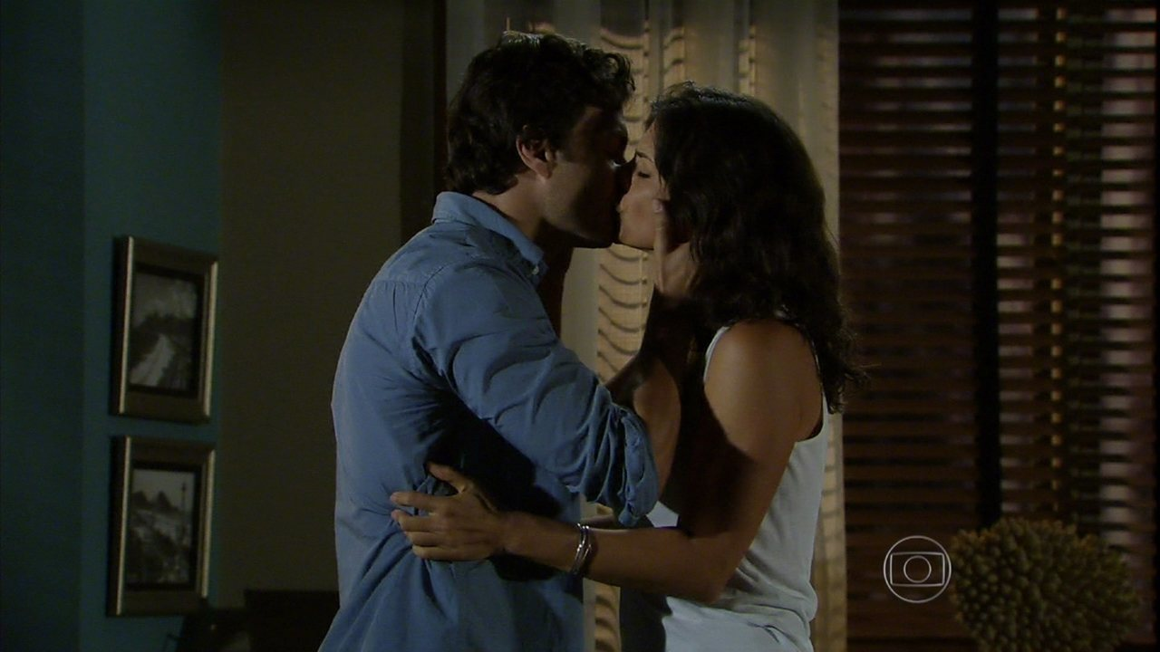 Em Família - Capítulo de quinta-feira, dia 06/03/2014, na íntegra - Laerte pede para Verônica ficar com ele no Brasil