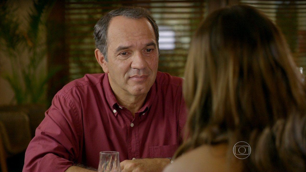 Em Família - Capítulo de quinta-feira, dia 03/04/2014, na íntegra - Virgílio propõe que Luiza faça uma viagem para esquecer Laerte