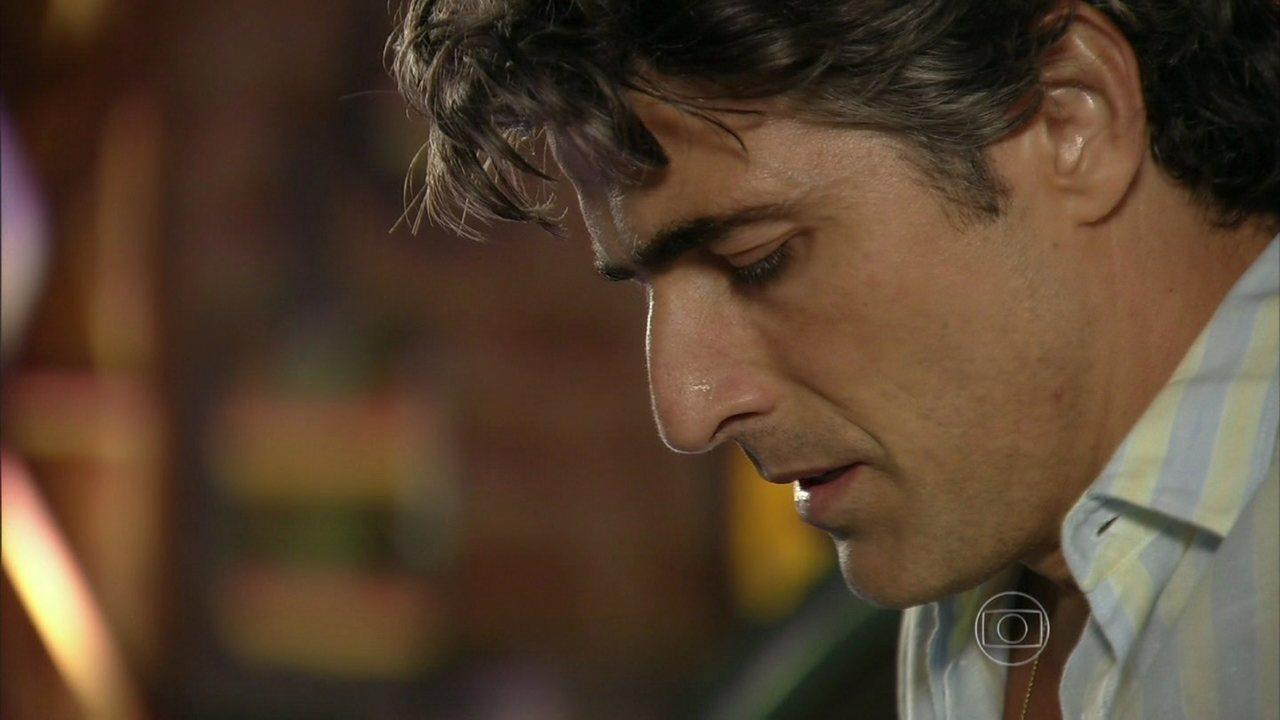 Em Família - Capítulo de sexta-feira, dia 11/04/2014, na íntegra - Cadu passa mal ao discutir com Marina