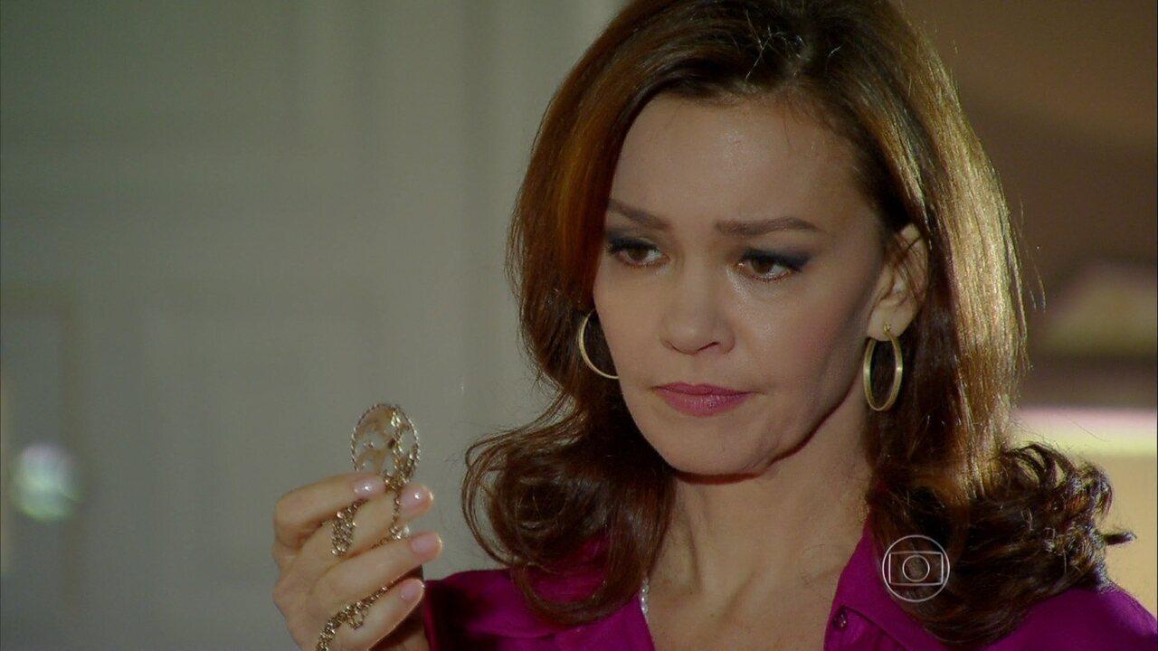 Em Família - capítulo de sábado, dia 21/06/2014, na íntegra - Helena se desespera ao quase ter segredo revelado