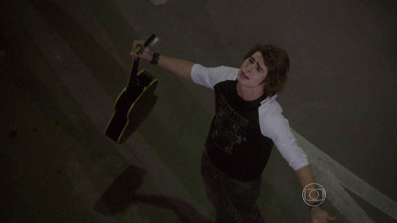 Malhação - capítulo de segunda-feira, dia 08/092014, na íntegra - Pedro faz uma serenata para Karina