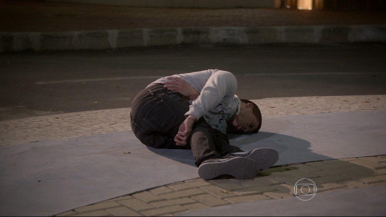 Malhação - capítulo de terça-feira, dia 30/09/2014, na íntegra - Duca desmaia e Dalva se desespera ao ver o neto machucado