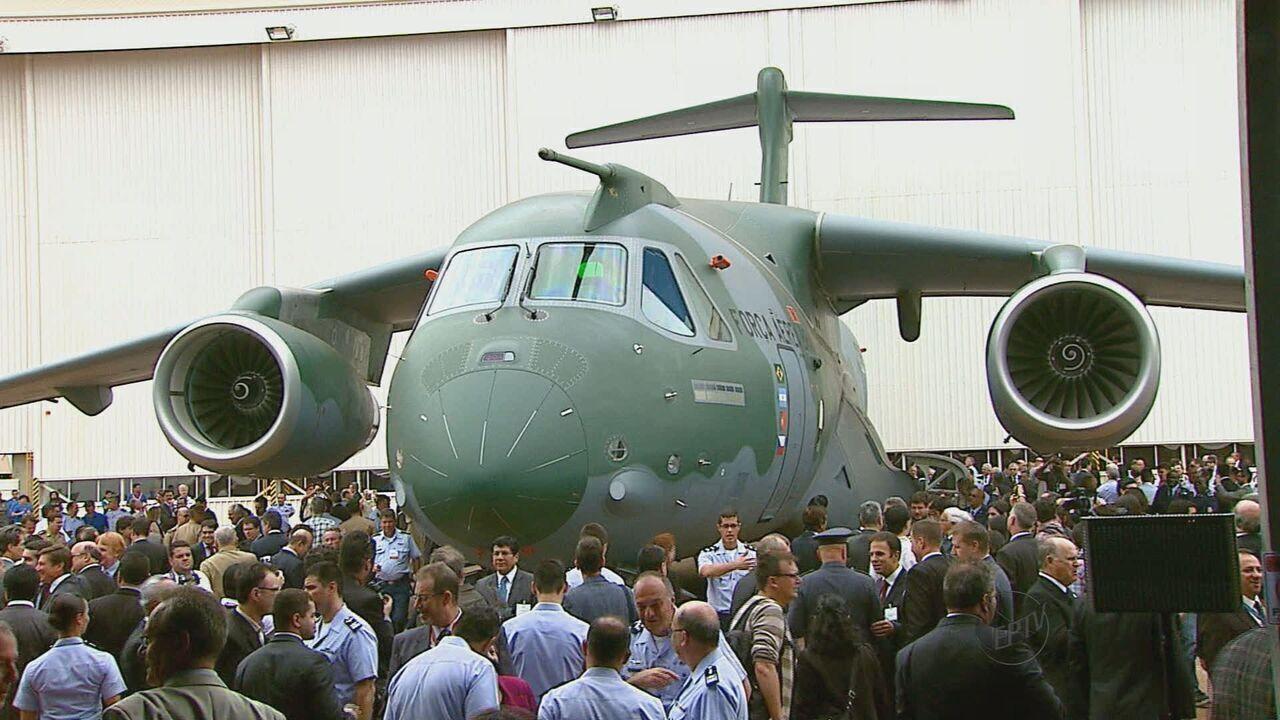 Maior avião cargueiro fabricado no Brasil, KC-390 é apresentado em Gavião Peixoto, SP