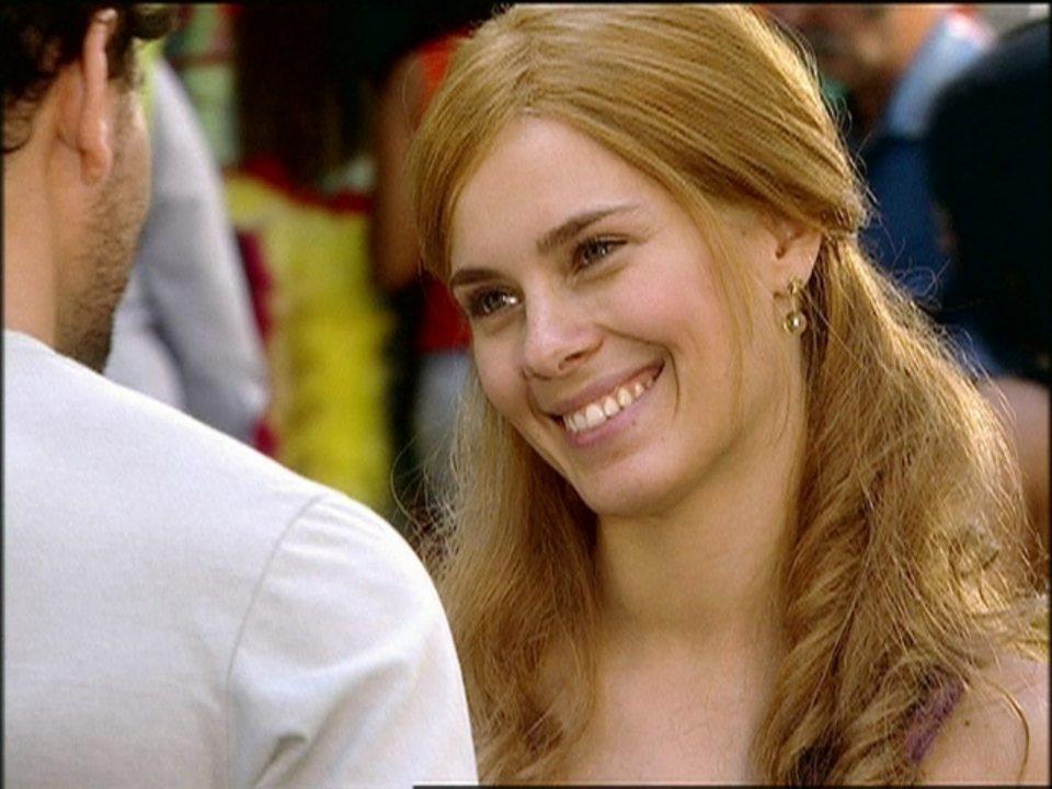 Cobras e Lagartos - capítulo de quarta-feira, dia 29/10/2014, na íntegra - Leona muda a aparência e fica parecida com Bel