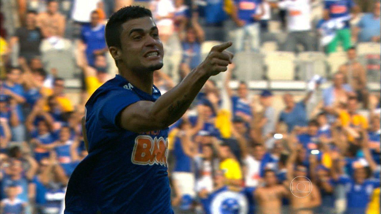 Cruzeiro vence o Botafogo por 2 a 1 e segue com boa vantagem na liderança