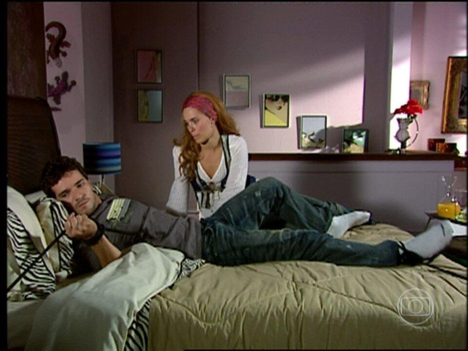 Cobras e Lagartos - capítulo de segunda-feira, dia 03/11/2014, na íntegra - Leona prende Duda na cama
