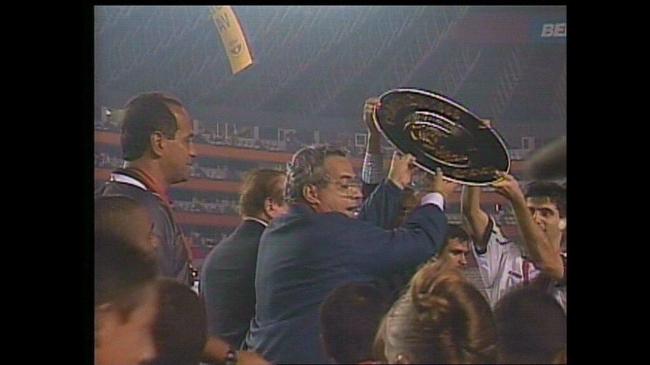 Em 1998, Eurico levanta a taça de campeão da Libertadores pelo Vasco