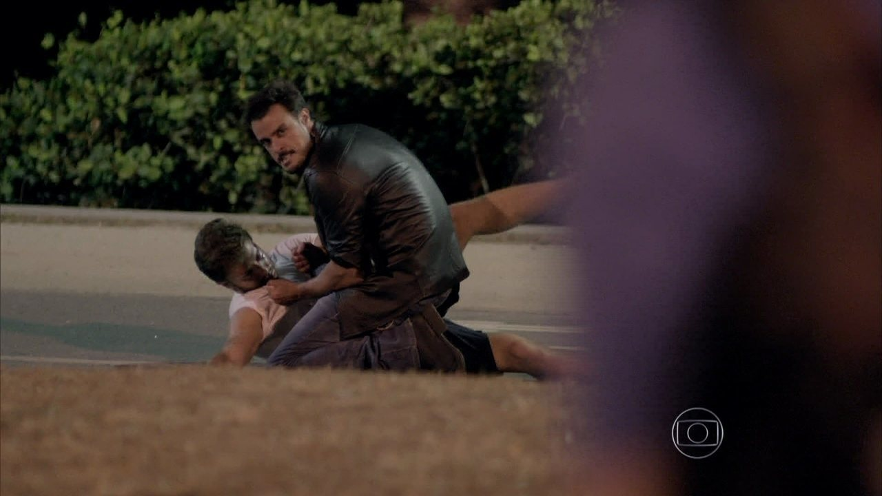 Império - capítulo de quinta-feira, dia 13/11/2014, na íntegra - Enrico enfrenta Leonardo na rua