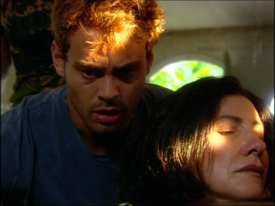 Cobras e Lagartos - capítulo de sexta-feira, dia 21/11/2014, na íntegra - Martim encontra Teresa em um cativeiro