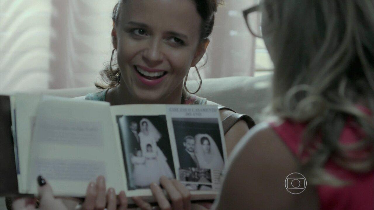 Império - Capítulo de sexta-feira, dia 30/01/2015, na íntegra - Lorraine entrega o álbum de Silviano para Érika