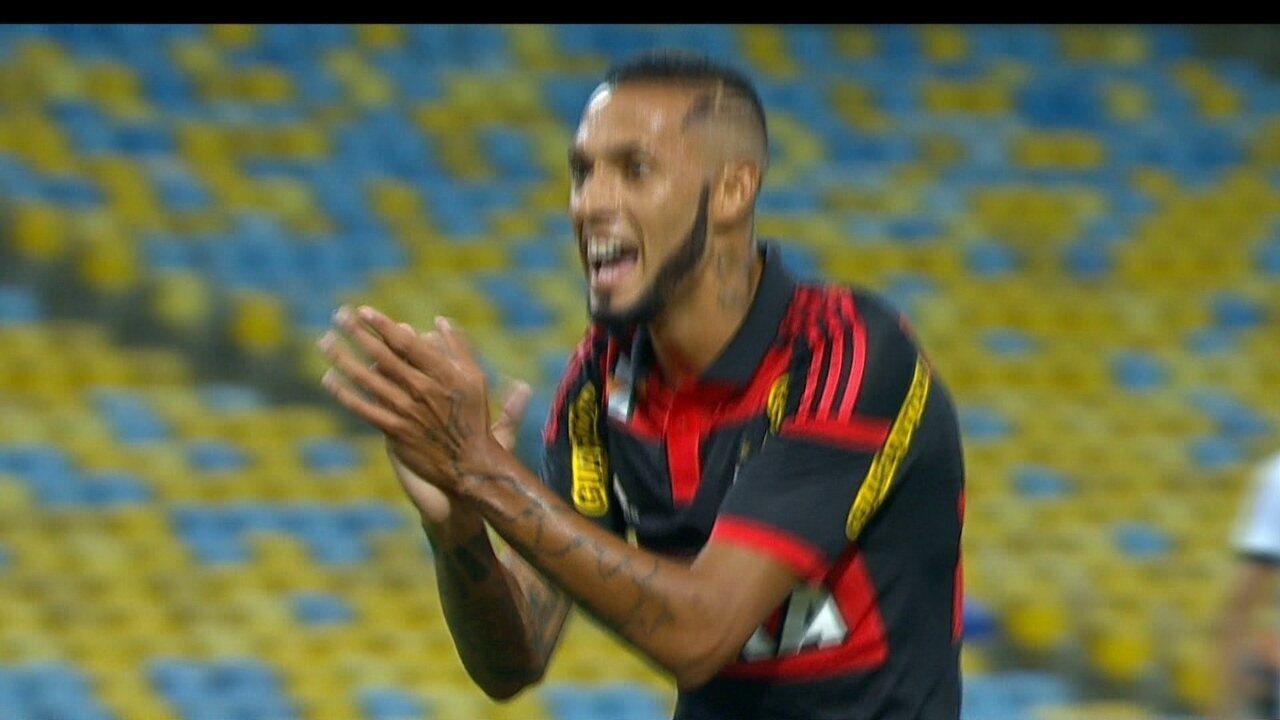 Gol do Flamengo! Paulinho pega de primeira para marcar, aos 10' do 2º Tempo