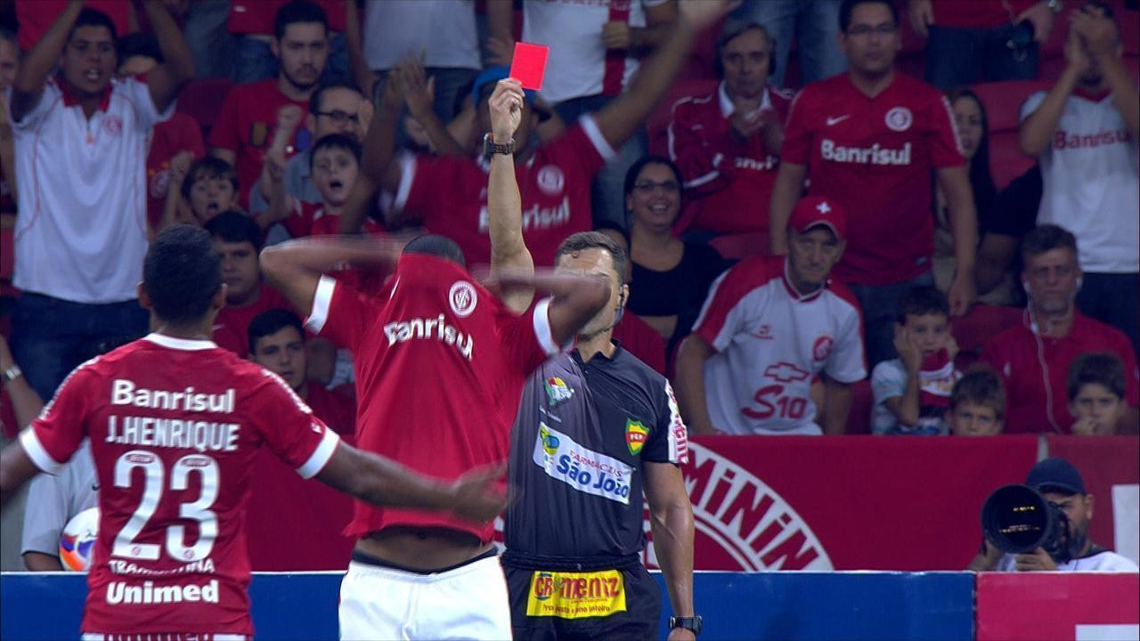 Fabrício xinga torcida, é expulso e joga camisa do Inter no chão