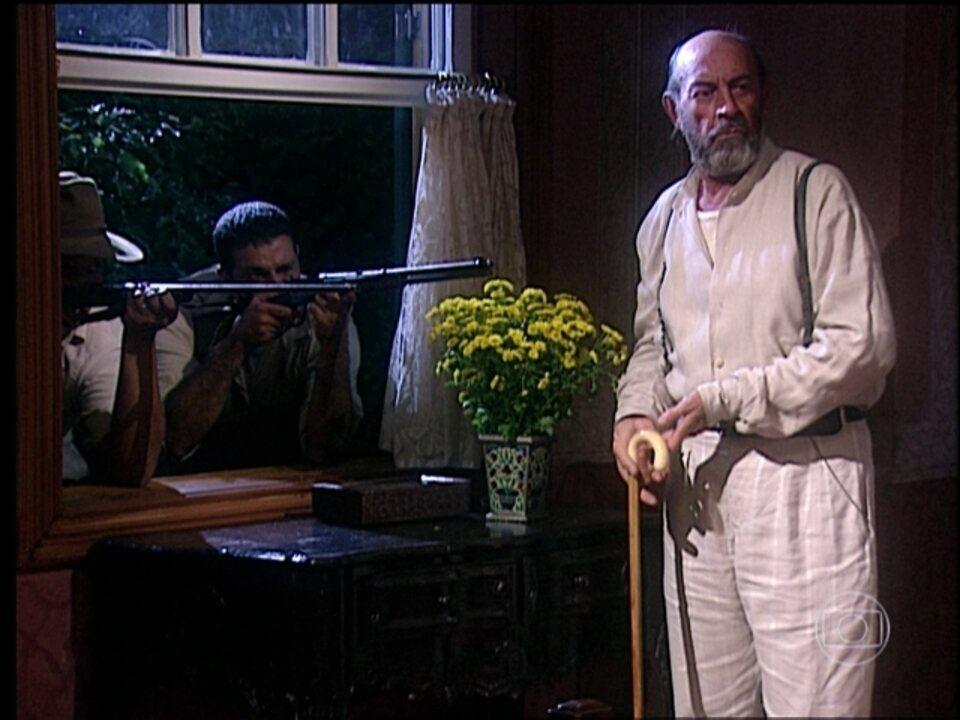 O Rei do Gado - capítulo de quinta-feira, dia 16/04/15, na íntegra - Marcos invade o quarto de Rafaela e Geremias o surpreende