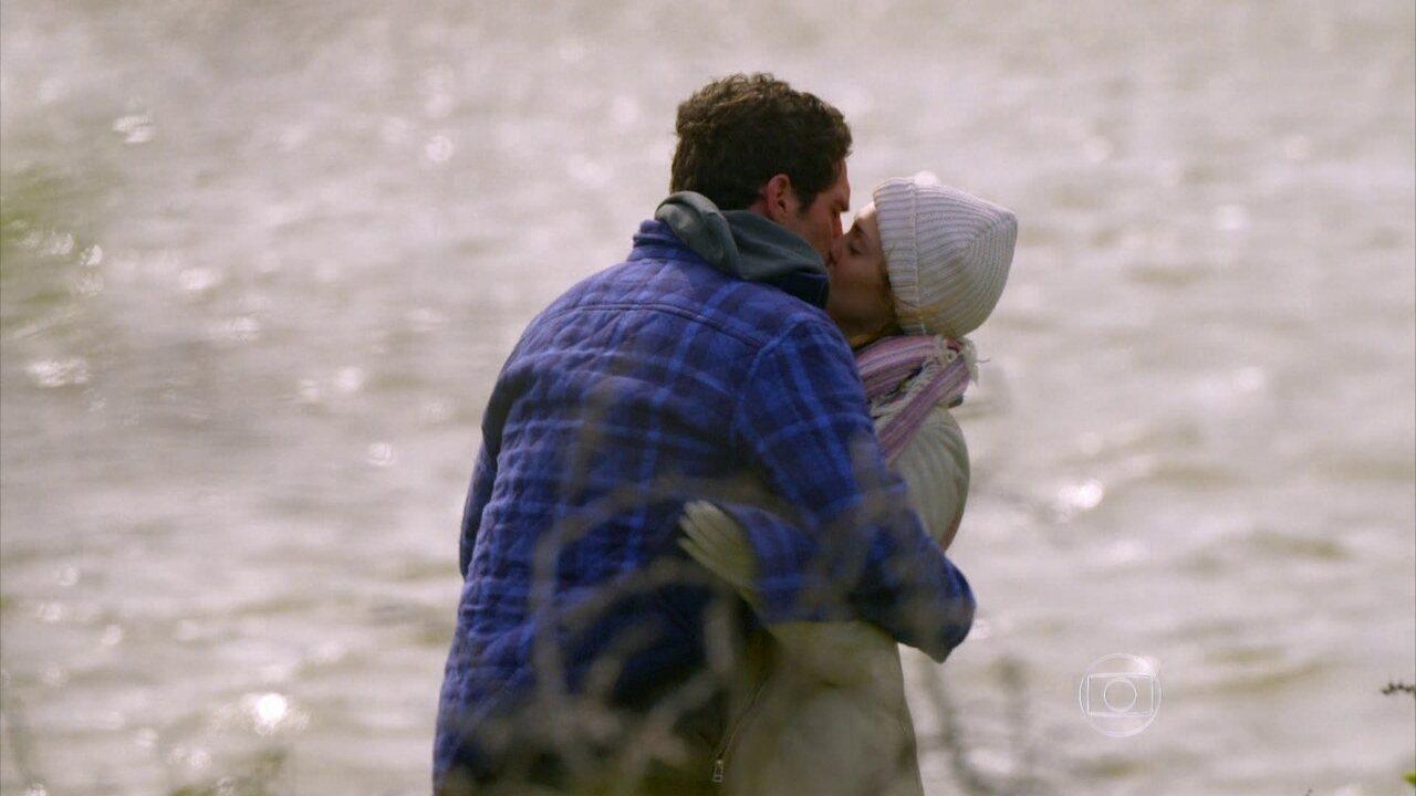 Sete Vidas - Capítulo de segunda-feira, dia 25/05/2015, na íntegra - Felipe beija Júlia