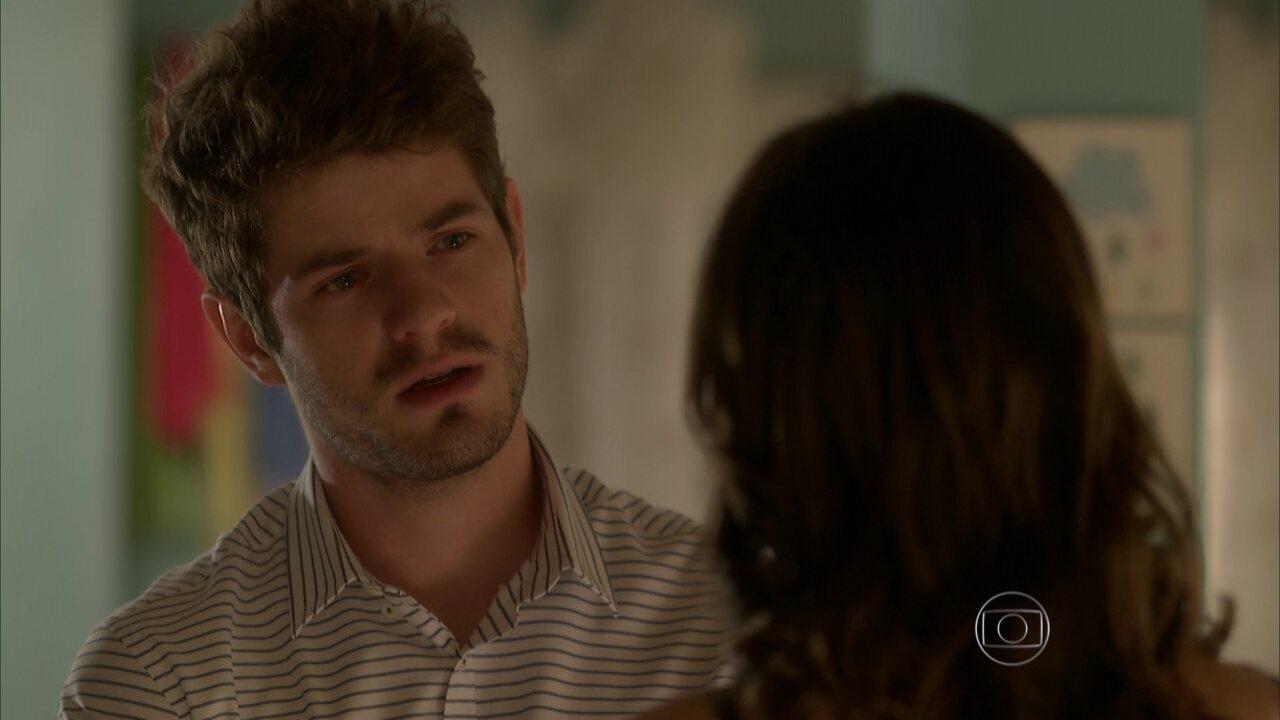 I Love Paraisópolis - capítulo de segunda-feira, dia 15/06/15, na íntegra - Benjamin finge não se importar sobre o suposto casamento de Grego e Mari